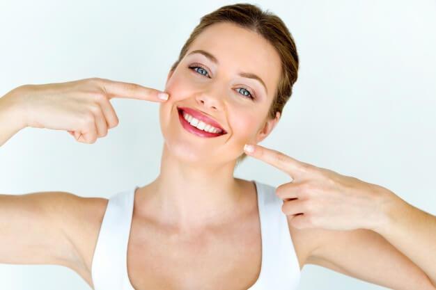 como-cuidar-de-las-carillas-dentales-clinica-burgos
